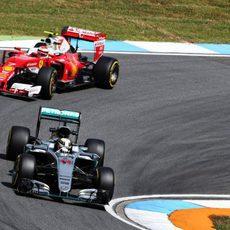 Lewis Hamilton y Kimi Räikkönen juntos en Hockenheim
