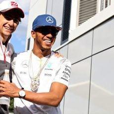 Esteban Gutiérrez y Lewis Hamilton sonríen juntos