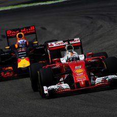 Daniel Ricciardo rueda cerca de Sebastian Vettel