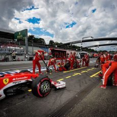 Kimi Räikkönen llega para una parada en boxes