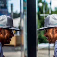 Lewis Hamilton sonríe antes de la clasificación