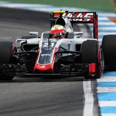 Esteban Gutiérrez conduce su Haas en clasificación