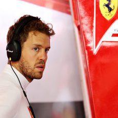 Sebastian Vettel atento en el box de Ferrari