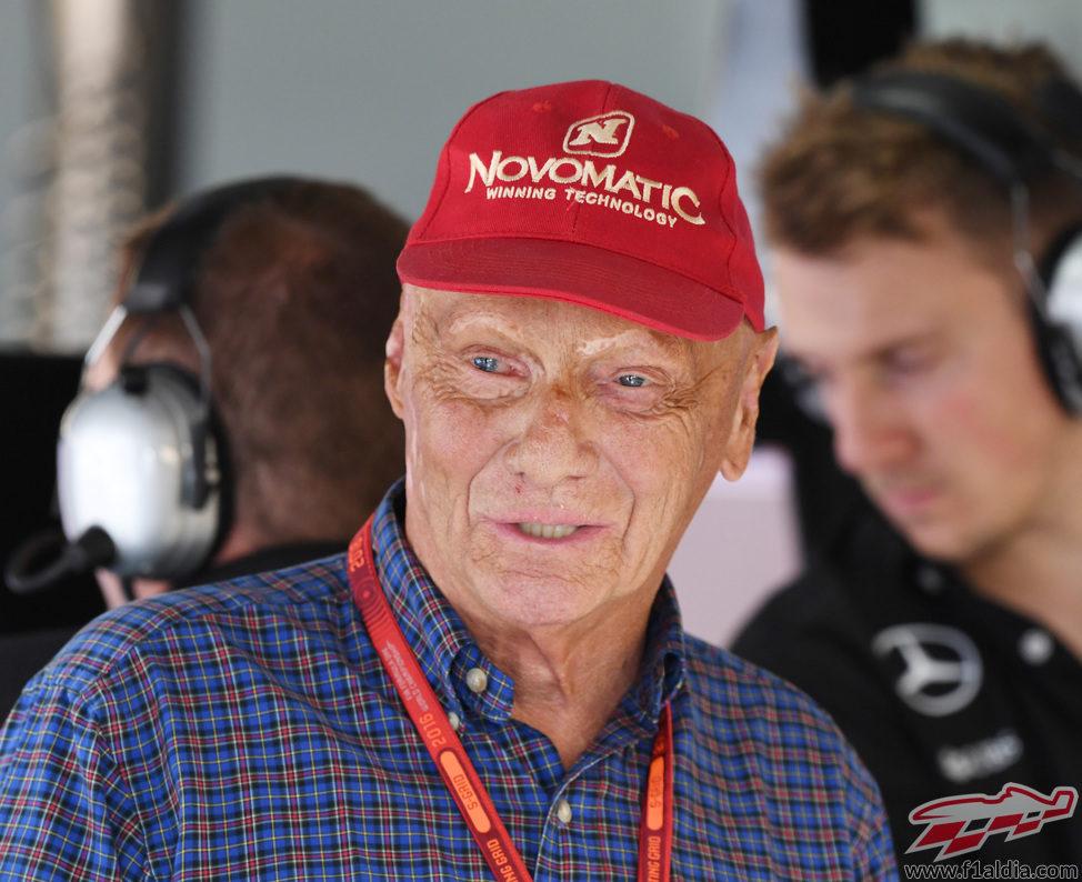 Niki Lauda contento por la pole de su equipo