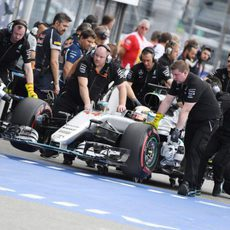 Los mecánicos devuelven a Lewis Hamilton al box