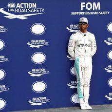 Lewis Hamilton espera solo ante las cámaras