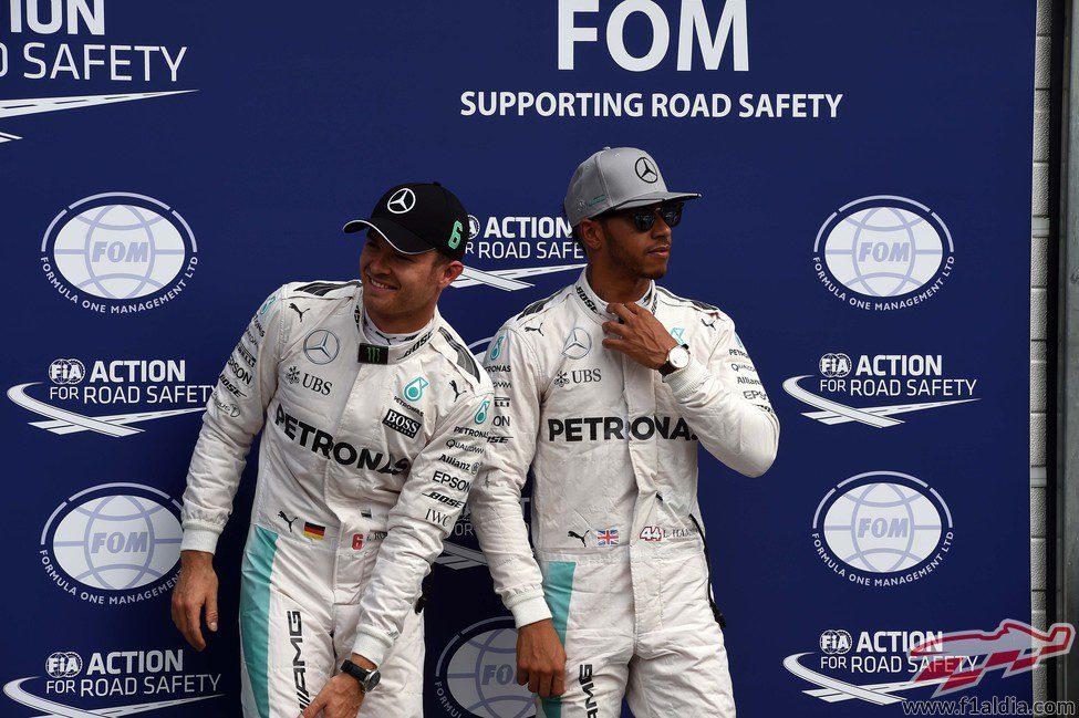 Nico Rosberg y Lewis Hamilton ocupan la primera fila de parrilla