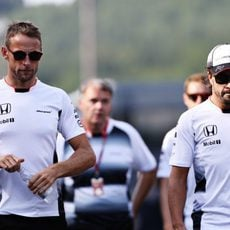 Jenson Button y Fernando Alonso pasean en Spa