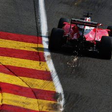 Chispas en la zona trasera del coche de Kimi Räikkönen