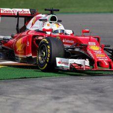 Sebastian Vettel por fuera de pista en Spa