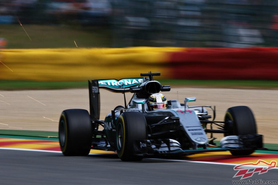 Lewis Hamilton trabaja para encajar en Spa