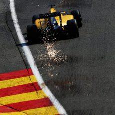 Saltan chispas del fondo plano del Renault de Magnussen