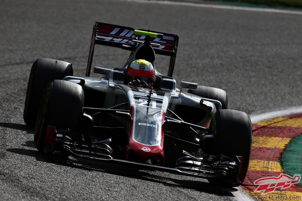 Romain Grosjean rueda con los neumáticos 'prime'