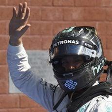 Nico Rosberg saluda tras proclamar la pole en Spa