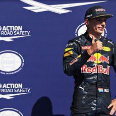 Max Verstappen sale por detrás de su rival en Mercedes