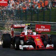 Pinchazo y alerón roro para Kimi Räikkönen