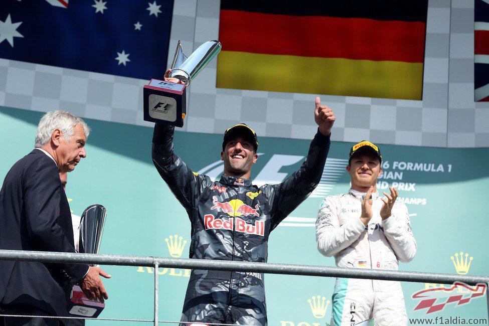 Ricciardo alza el trofeo de segundo clasificado