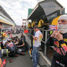 Max Verstappen espera a que pase la bandera roja
