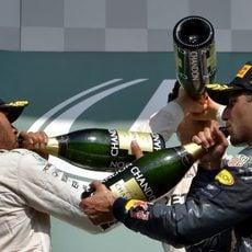 Rosberg, Ricciardo y Hamilton beben champán en el podio