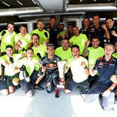 Euforia en el box de Red Bull por el resultado de Ricciardo