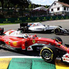 Sebastian Vettel adelanta por el interior a Valtteri Bottas