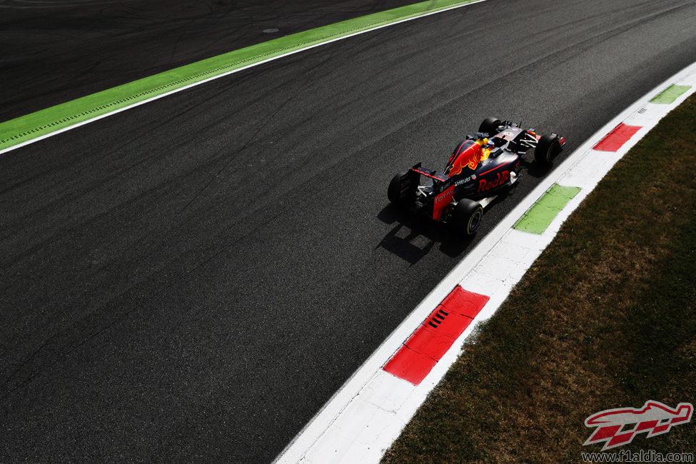 Daniel Ricciardo se ve superado por los Ferrari en los primeros libres