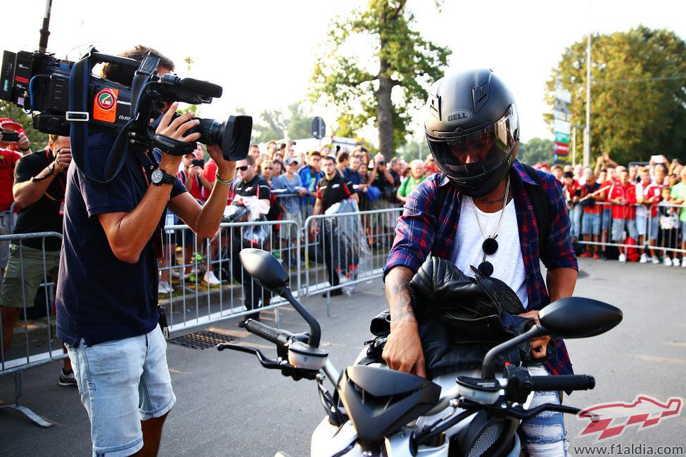 Lewis Hamilton llega al circuito en moto