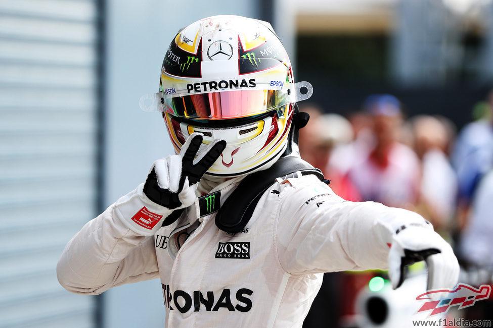 Lewis Hamilton exultante tras lograr la pole