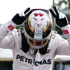 Celebración especial de Lewis Hamilton al ganar la pole