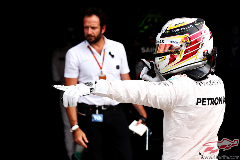 Más celebraciones de Lewis Hamilton por ganar la pole