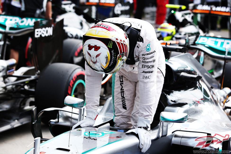 Lewis Hamilton se baja del monoplaza al ganar la pole