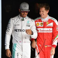 Lewis Hamilton y Sebastian Vettel comparten risas