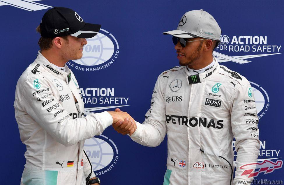 Lewis Hamilton y Nico Rosberg se saludan tras la clasificación