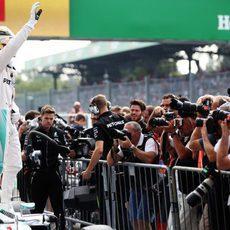 Lewis Hamilton celebra la pole en Monza subido a su coche