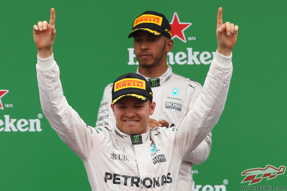 Alegría de Nico Rosberg y seriedad de Lewis Hamilton