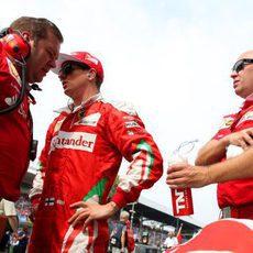 Kimi Räikkönen charla con su equipo antes de la carrera