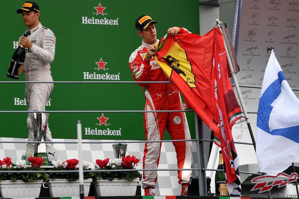 Sebastian Vettel toca la bandera de Ferrari