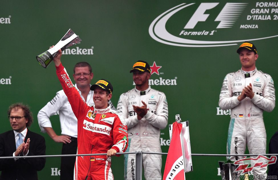 Sebastian Vettel alza su trofeo de tercer clasificado