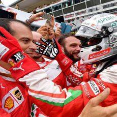 Sebastian Vettel celebra con su equipo el resultado