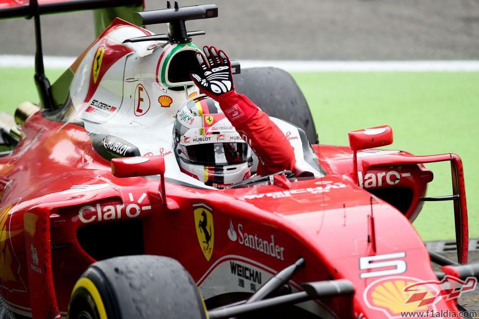 Sebastian Vettel saluda tras acabar la carrera
