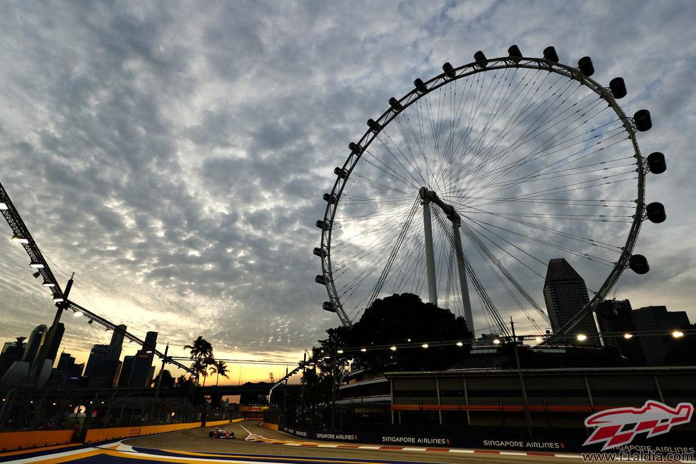 Sebastian Vettel rueda en el atardecer de Singapur