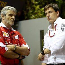 Toto Wolff y Maurizio Arrivabene charlan en el paddock