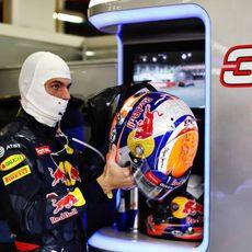 Max Verstappen se coloca el casco en el box