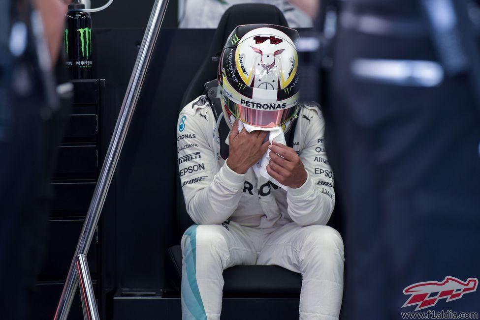 Lewis Hamilton se limpia el casco