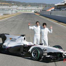 Pedro y Kamui posan con su nuevo coche
