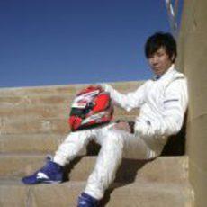Kamui sentado junto a su casco