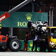 La grúa se lleva el coche de Romain Grosjean