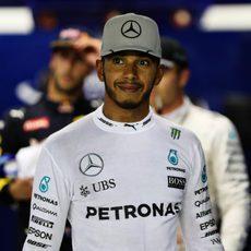 Gesto medianamente serio de Lewis Hamilton