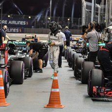 Nico Rosberg camina entre los coches