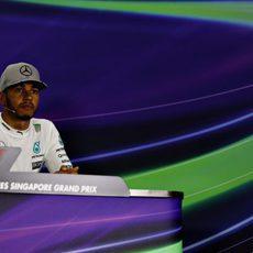 Lewis Hamilton serio en la rueda de prensa